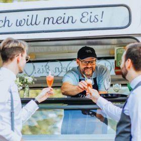 Sektempfang mit Eis und Sorbet zur Hochzeitsfeier Eis Catering Eiswagen Mein Eis Oldtimer Mobil Speiseeis Köln Bonn Düsseldorf