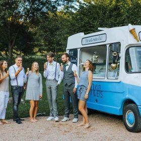 Fröhliche Hochzeitsgesellschaft Mein Eis Catering Eiswagen Mein Eis Oldtimer Mobil Speiseeis Köln Bonn Düsseldorf